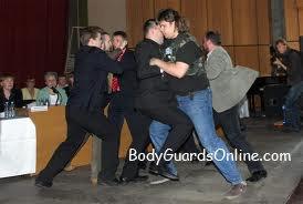 Тактичні дії охоронця коли він один, а противників кілька.