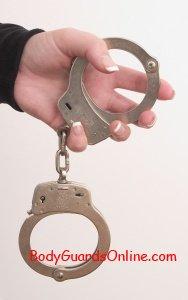 Використання наручників і демонстрація їх надягання (відео).