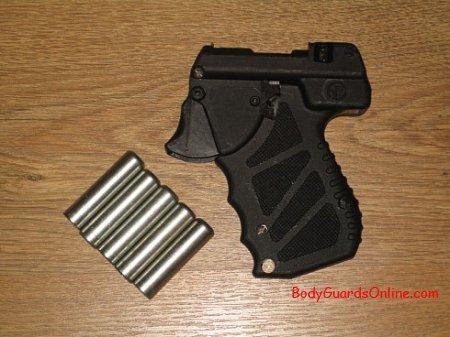 """Пристрій """"УДАР"""" важить не більше мобільника, але ефективний як зброя самооборони."""
