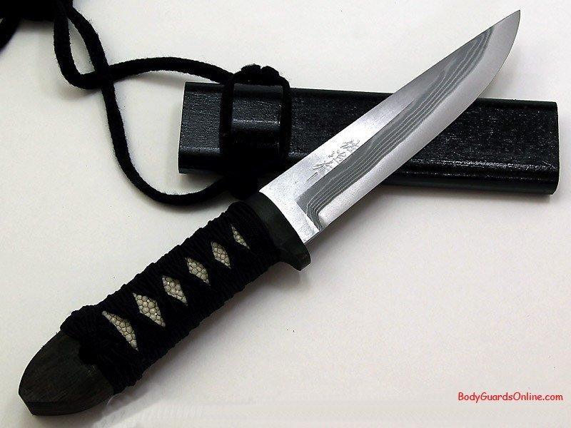 Рукоятка ножа сделана из акульичей кожи и обмотана веревкой в стиле рукоятки меча.  Ножны простые сделанные из...
