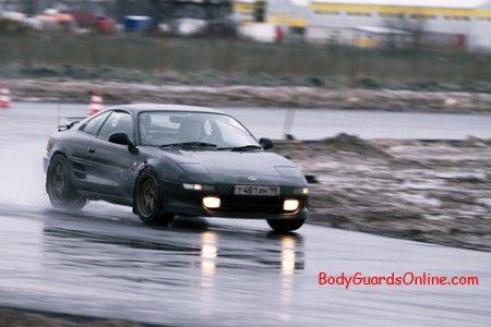 Екстремальне водіння на мокрій дорозі